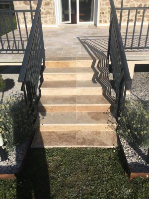 Photo Escalier droit extérieur en Travertin