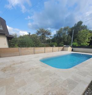 Photo Travertin autour de la piscine en sol de terrasse dallage extérieur