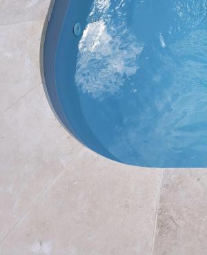 Photo Angle margelle de piscine sur-mesure en Travertin pierre naturelle