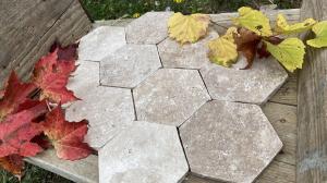 Photo Tomette, carrelage pierre en hexagone en Travertin