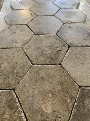 Photo Tomette, carrelage pierre en hexagone en Travertin Gris Silver
