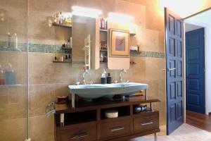 Photo Travertin pour parement mural d'exception dan salle de bain